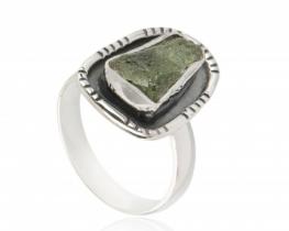 Srebrn prstan z moldavitom 10 x 15 mm