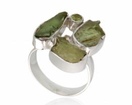 Prstan z moldaviti in peridotom