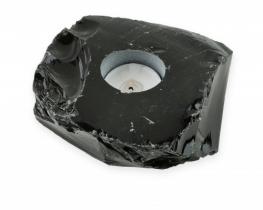 Svečnik iz črnega obsidijana