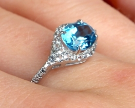 Srebrn prstan NATALIE modri topaz 6 x 8 mm