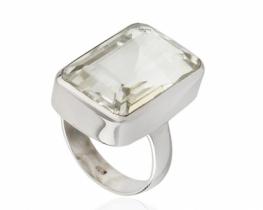 Srebrn prstan s kameno strelo