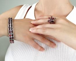 Srebrn prstan in zapestnica z granati ORISSA
