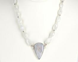 Ogrlica MAVRICA  mesečev kamen z obeskom