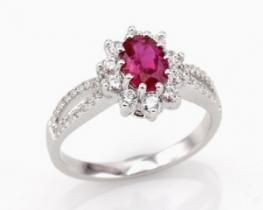 Srebrn prstan LOVE BEAM z rubinom