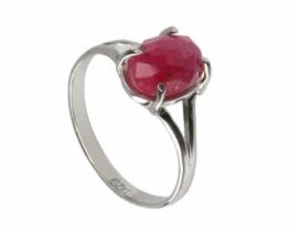 Srebrn prstan s fasetiranim rubinom