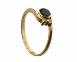 Zlat prstan z modrim safirjem in diamantoma